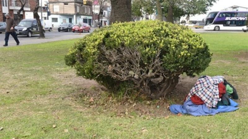 Las pertenencias de la víctima, junto a un arbusto en la plaza donde murió
