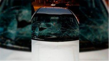 Destrozó el parabrisas de un auto estacionado frente a su casa