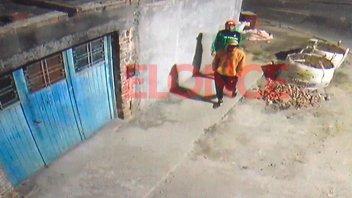 Video: Rompieron la cerradura de un auto, robaron y quedaron filmados
