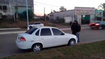 Chocó, se dio a la fuga, pero reventó un neumático: Una testigo lo retuvo