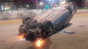 Fotos y video: Conductor volcó su auto e impactó a otro que estaba estacionado