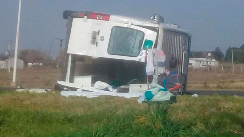 Ambulancia volcó en Ruta 39 tras chocar con auto que cayó a alcantarilla