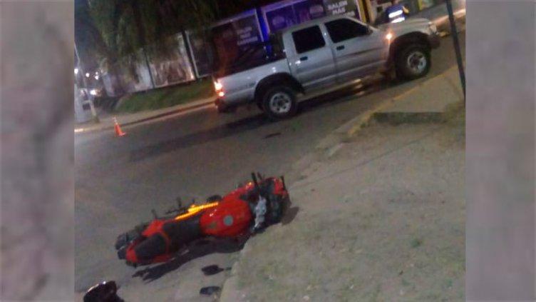 Motociclista y acompañante sufrieron graves heridas tras choque en la Costanera