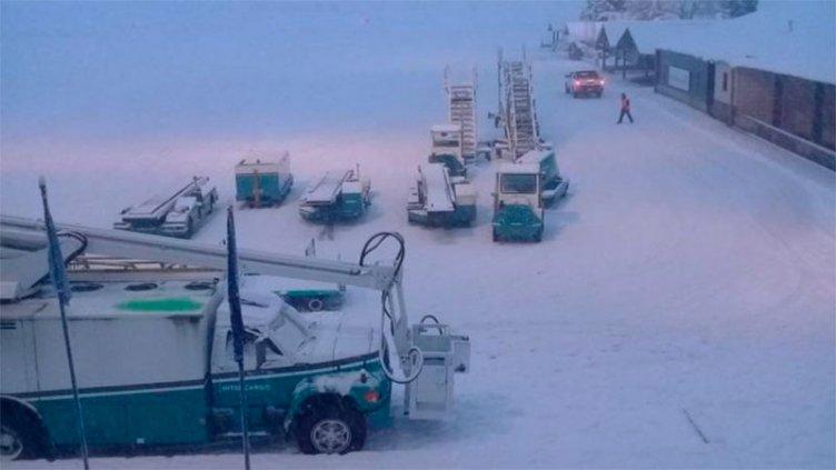 En pleno récord de arribos, debieron cerrar aeropuerto de Bariloche por la nieve