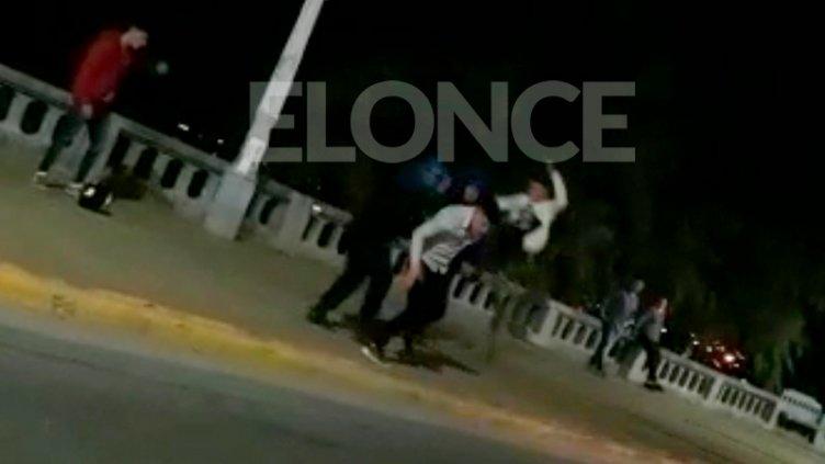 Video: Atacaron a golpes a dos policías que pretendieron frustrar un arrebato