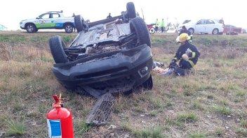 Una camioneta con dos ocupantes volcó en la Ruta Nacional 18
