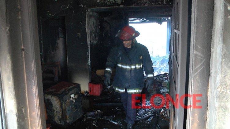 Sufrió graves quemaduras al incendiarse su vivienda: Fue salvado por los vecinos