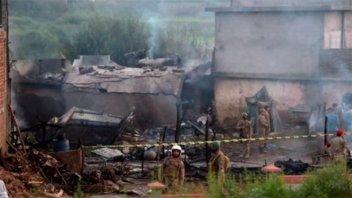 Quince muertos al estrellarse un avión en Pakistán