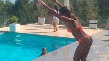 ¡Diosa!: La arriesgada pirueta de Anto Roccuzzo para arrojarse a la pileta
