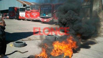 Colectiveros quemaron cubiertas frente a uno de los galpones de ERSA Urbano