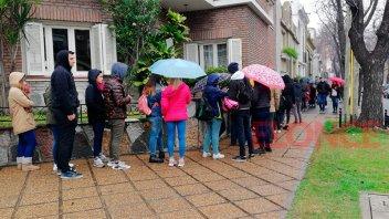 Fiesta de Disfraces: Dos cuadras de cola bajo la lluvia para comprar entradas