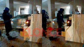 Fotos y video: Tremendo choque terminó con un auto adentro de un comercio