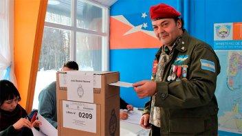 El ex combatiente que fijó domicilio en Malvinas votó vestido de soldado