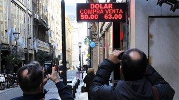 El día después de las PASO, el dólar se disparó y superó los 57 pesos