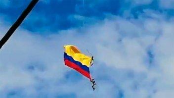 Video: Dos militares caen de un helicóptero durante un desfile en Colombia