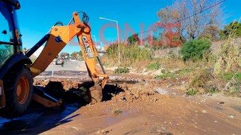 Cortaron el suministro de agua potable en la ciudad para reparar un caño maestro
