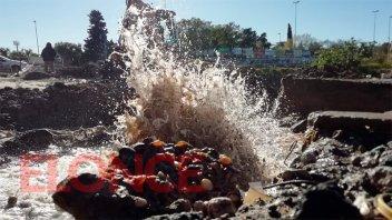 Fotos: Importante pérdida del caño más grande de la red de agua potable