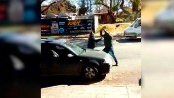 Tras pelea, vendedor de cubanitos rompió los vidrios de un auto con un cascote