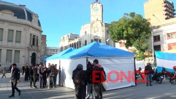 Choferes de colectivos acampan en la plaza principal de la ciudad