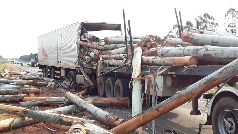 Impresionante choque de dos camiones: Un conductor había quedado atrapado