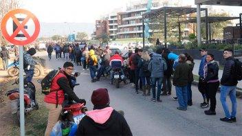 Miles de personas hicieron dos kilómetros de cola por un empleo: Imágenes