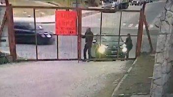 Video: Mientras abría el portón le robaron el auto