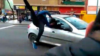 Video impactante: Atropelló a un manifestante que cortaba la calle y escapó