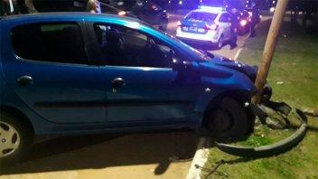 Conducía ebrio, despistó y chocó contra un poste de luz