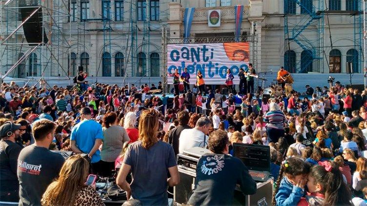 Los niños festejan su día con espectáculos, kermes y feria en Plaza Mansilla