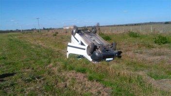 Mujer sufrió graves heridas y fue hospitalizada tras volcar el auto que conducía