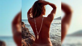Floppy Tesouro se desnudó totalmente frente al mar y lo mostró en una foto