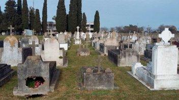 Robaron placas y rompieron tumbas en cementerio entrerriano