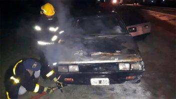 Un automóvil comenzó a incendiarse en plena marcha