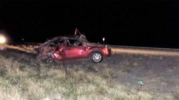 Mueren hermanitos de 2 y 3 años al volcar un auto en el que viajaba una familia