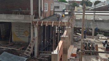 Despidieron a 35 obreros que trabajaban en la remodelación de una escuela