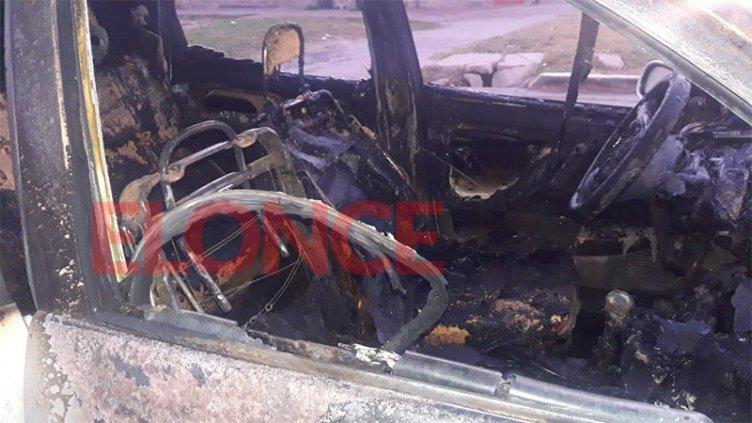 Auto se incendió en plena vía pública y lo dejaron abandonado