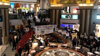 Militantes reclamaron la emergencia alimentaria en shoppings de Buenos Aires