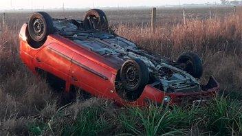 Conductor destrozó su auto al volcarlo en el ingreso a Hasenkamp