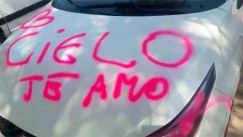 Infidelidad, GPS y motel: La historia detrás del auto pintado con aerosol