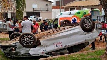 Rescataron a remisero que volcó su auto en las calles de Concordia