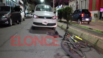 Ciclista chocó la puerta de un auto, cayó y fue colisionado por otro vehículo