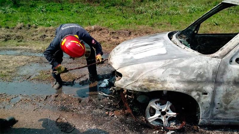 Un utilitario se incendió y fue consumido por las llamas