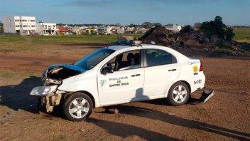 Patrullero quedó destrozado tras chocar con otro auto en esquina de Federación