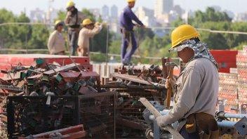 Obreros de la construcción acordaron un aumento salarial trimestral