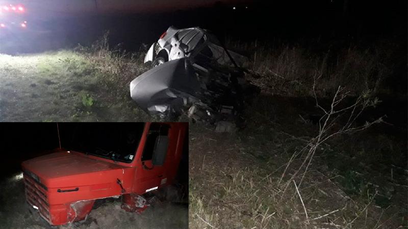 Una persona murió en un choque frontal entre un auto y un camión
