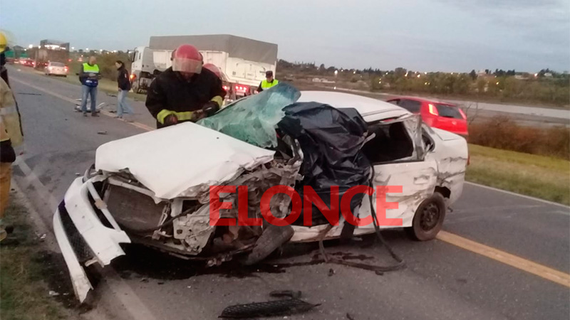Conductor de un automóvil falleció tras chocar con un camión