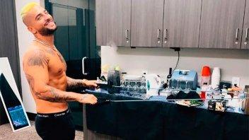 Maluma subió la temperatura con el torso desnudo y en boxer