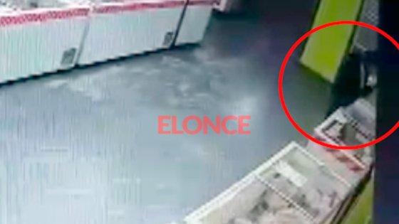 Video: escondió entre sus ropas varios paquetes de alimentos y huyó del comercio