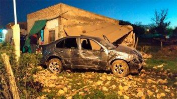 Conductor destrozó una vivienda al chocarla con su auto tras alocada carrera