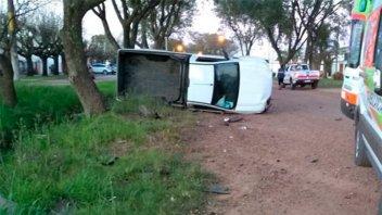 Fotos de impresionante choque y vuelco: Hospitalizaron al conductor de un auto